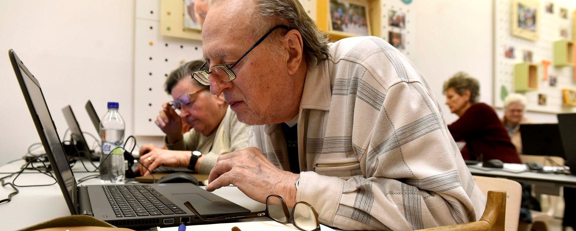 Elindult a százezer idős ember infokommunikációs képzését szolgáló program