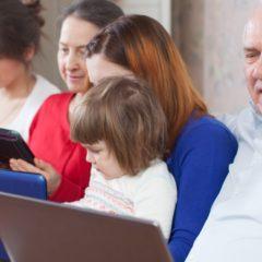 A fiatalok 17 százaléka rendszeresen tanítja az idősebbeket az internet használatára