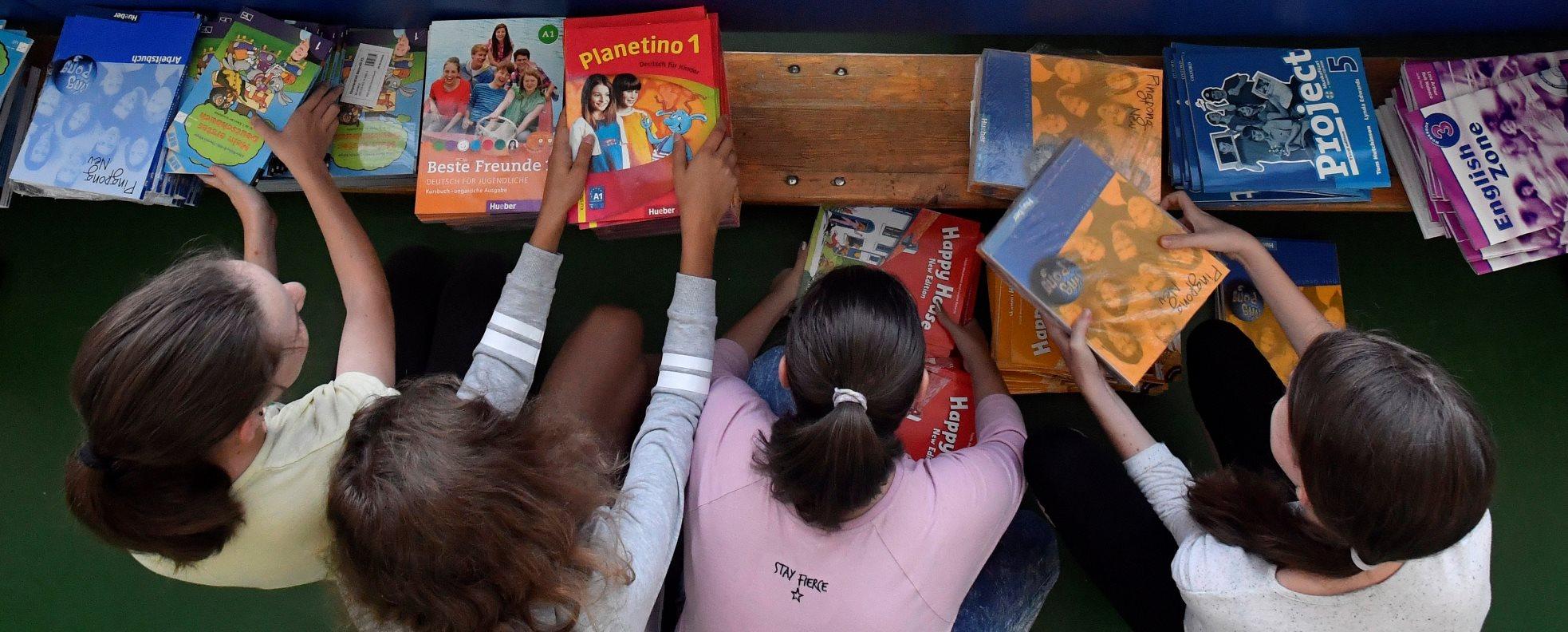 Az utolsó tankönyvcsomagok is megérkeznek ma az iskolákba