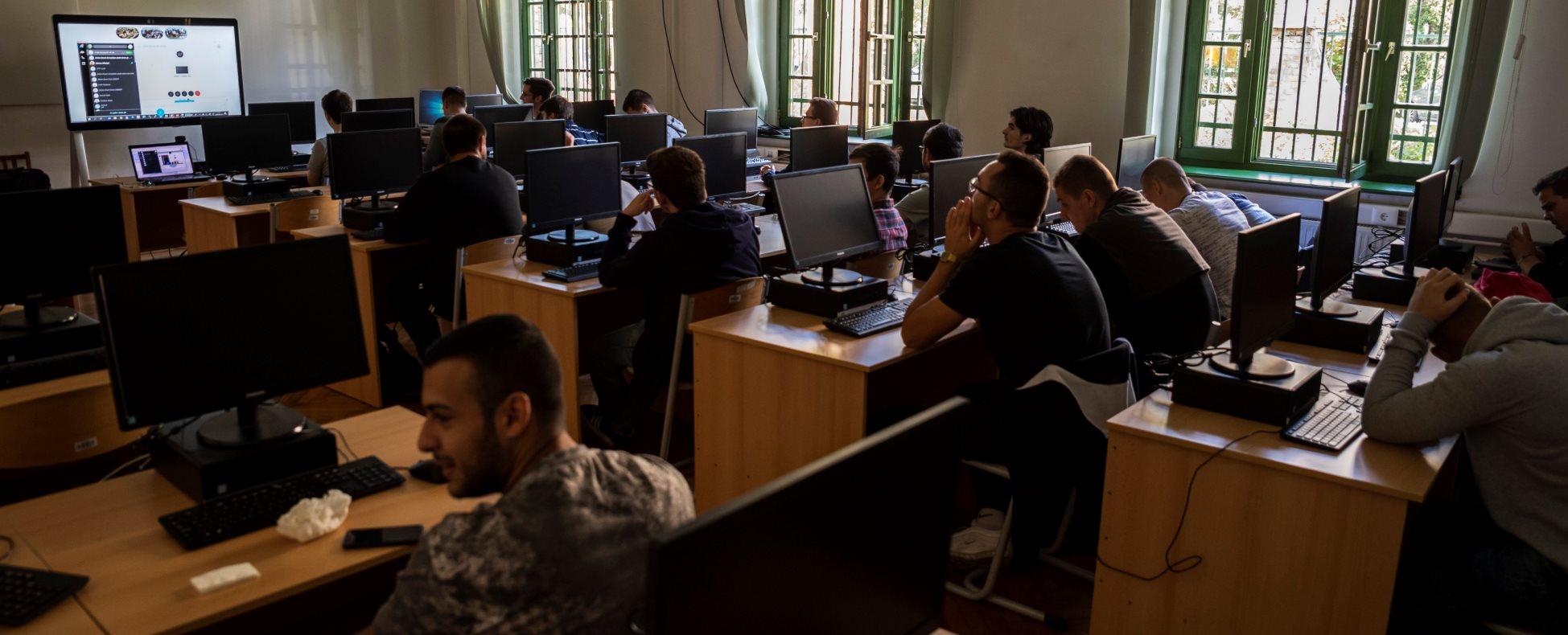 A világ vezető együttműködési platformját tesztelik a magyar informatikai szakképzésben