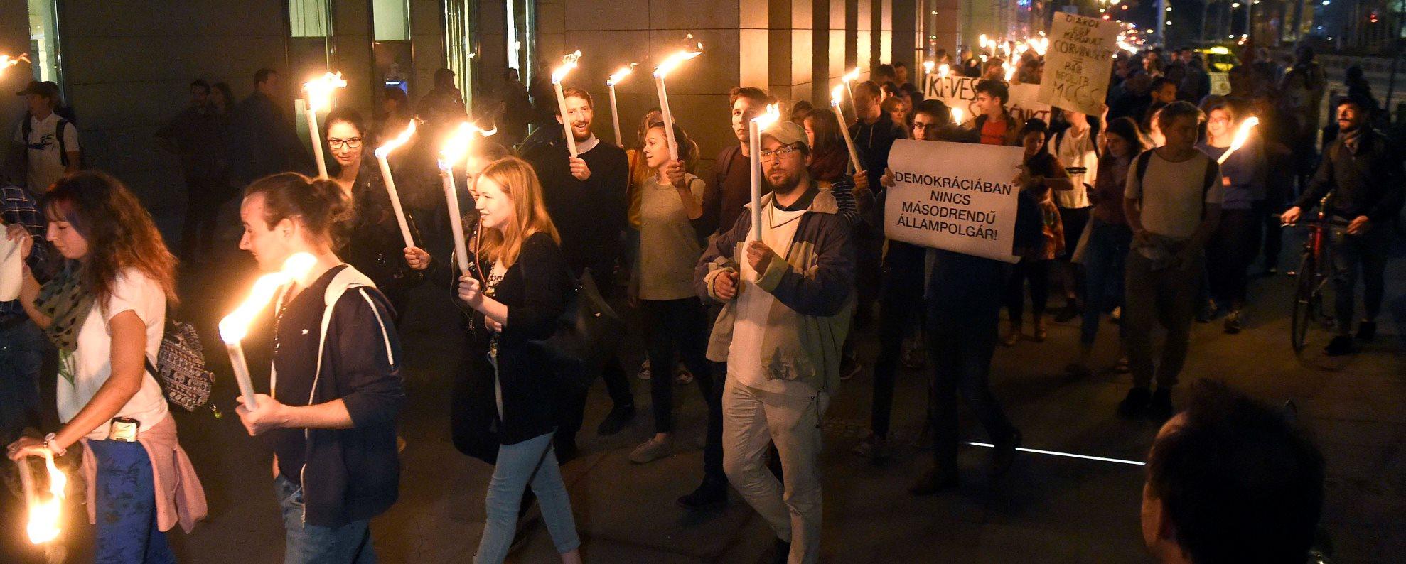 Az LMP ifjúsági szervezete a Corvinus egyetemért demonstrált