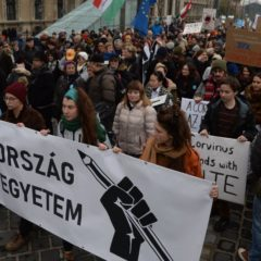 A tudomány és az oktatás szabadságáért tüntettek civilek Budapesten