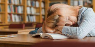 Fél órával többet alszanak a kamaszok, ha egy órával később kezdődik az iskola
