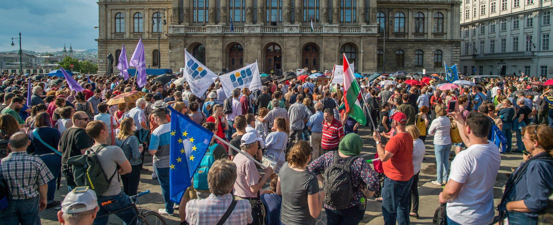 Az MTA intézményrendszerének tervezett átalakítása ellen demonstráltak Budapesten