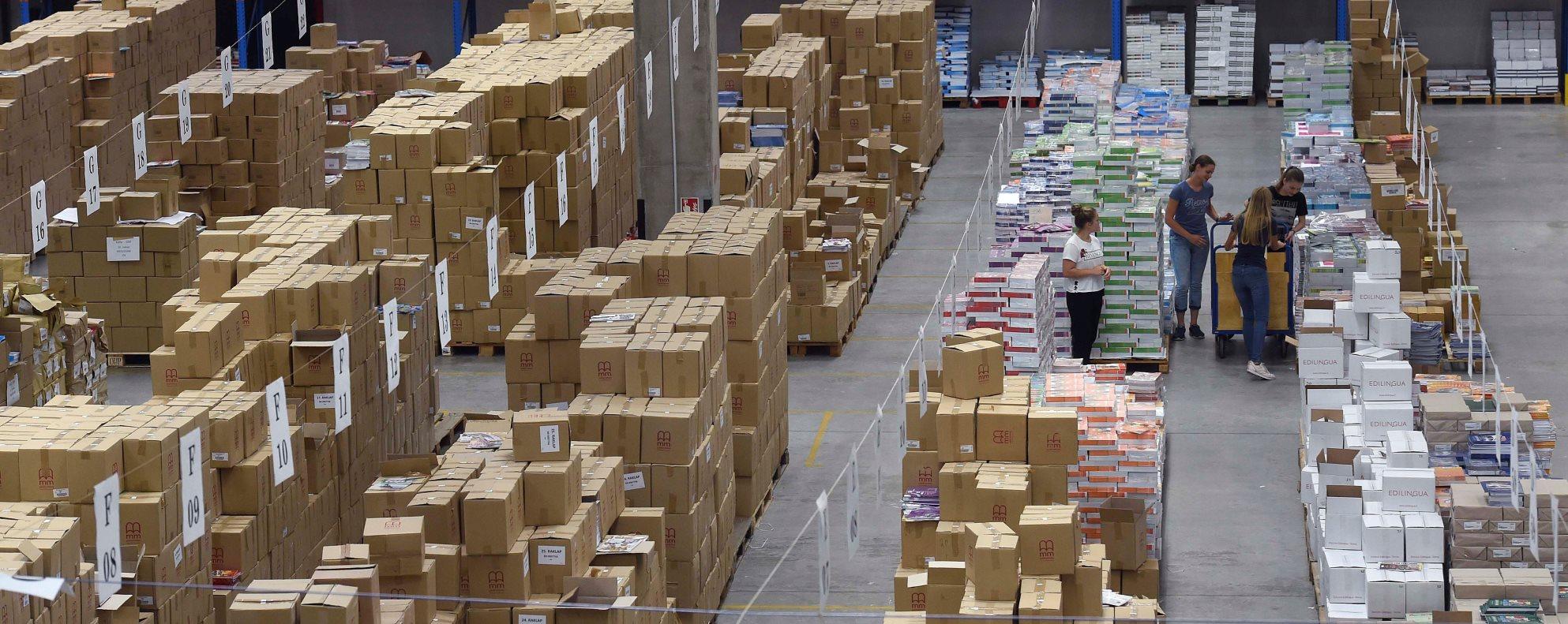 Előkészítik a tankönyveket kiszállításra a Könyvtárellátó Nonprofit Kft. üllői raktárában