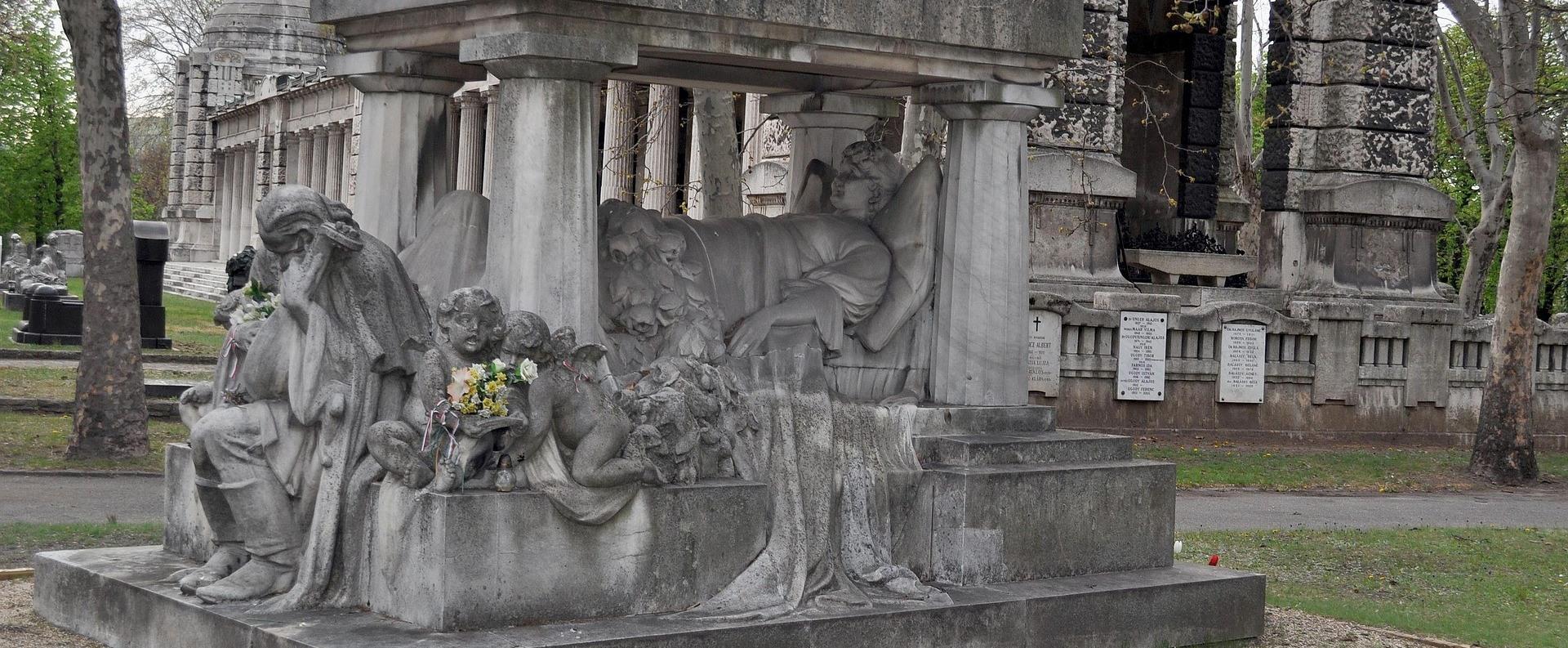 Rendhagyó történelemóra a Fiumei Úti Sírkertben