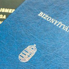 Több száz hamis nyelvvizsga-bizonyítványt és iskolai oklevelet találtak a rendőrök Óbudán