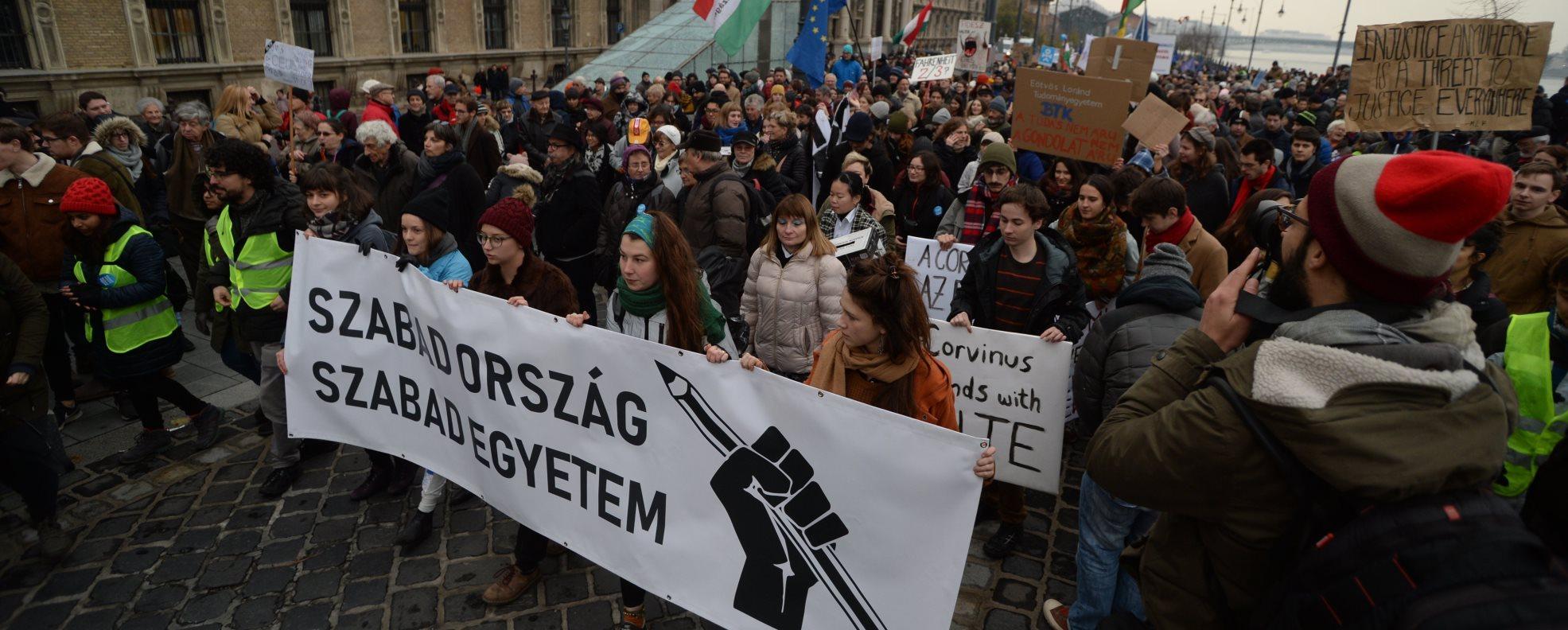 Tüntetés a tudomány és az oktatás szabadságáért Budapesten